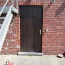 De toegang naar de keuken heeft een drempel van 9,5 cm. Deze zou weggewerkt kunnen worden met een helling of minstens afgeschuind kunnen worden.