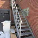 Een aantal lokalen zijn op de verdieping gelegen. Trappen kunnen voor een betere veiligheid best voorzien worden van een leuningen aan beide zijden en op twee hoogten en contrastmarkering op de treden en het bordes.