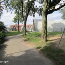 Een verhard, vlak en voldoende breed toegangspad leidt naar de jeugdlokalen. (Chiro St-Jan, Kachtem