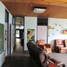 Het meubilair is zo geplaatst dat er een voldoende brede en vrije looproute is. (Chirojongens WIJ, Koersel)