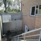 Het jeugdhuis is gelegen op een kelderverdieping. Daarom installeerden zij een plateaulift om de toegankelijkheid te verbeteren. (Jeugdhuis Bascule, Eversel)