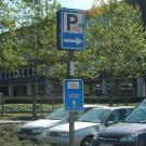 De parking en de fietsenstalling worden duidelijk aangegeven met het herkenbare symbool P en het fiets-pictogram. (Jeugdhuis Rondpunt 26, Genk)