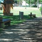 Er is een toegangspad aanwezig contrasterend met de groene omgeving. (Jeugdhuis Rondpunt 26, Genk)